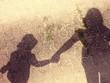 canvas print picture - Schatten von Mutter und Tochter die sich an der Hand halten