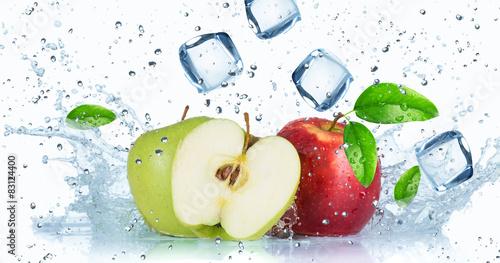 jablka-z-rozpryskami-wody-i-kostkami-w-tle