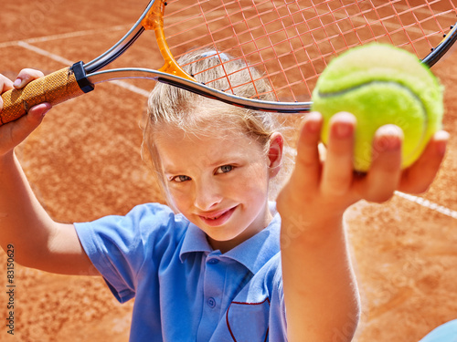 Child with racket and ball on  tennis court - 83150629