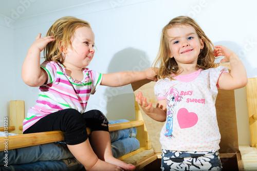 Fotografie, Obraz  Mädchen, Kleinkinder, spielen an einer Holz-Luke