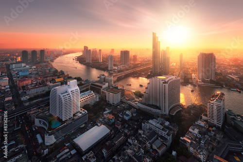 Photo Bangkok city sunlight warm orange,sunrise in morning rooftop view, chao phraya r