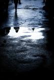 Spiegelung in einer Wasserpfütze - 83186012