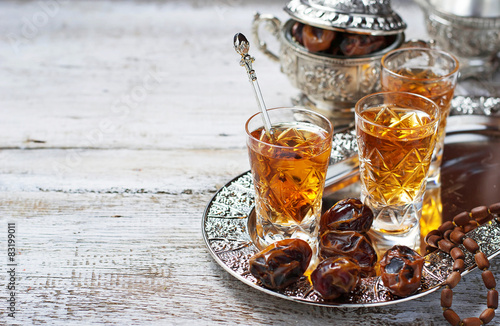 Foto  Traditional arabic tea and dry dates