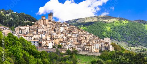 Fotografia Castel del Monte - pictorial hilltop village in Abruzzo, Italy
