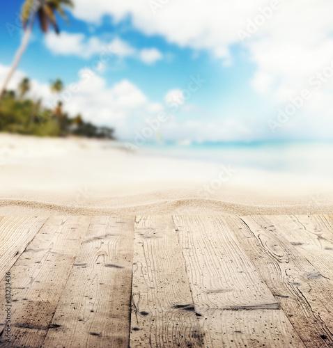 fototapeta na lodówkę Puste drewniane molo z widokiem na piaszczystej plaży