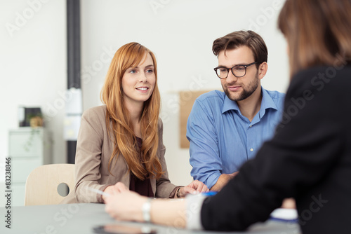 Fotografía  Lächelndes Paar in einem Beratungsgespräch