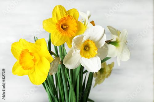Papiers peints Narcisse Fresh narcissus flowers on wooden background