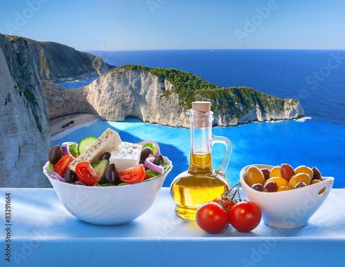Naklejka premium Navagio plaża z sałatką grecką w Zakynthos, Grecja