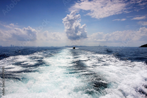 Papiers peints Nautique motorise wake of a passenger ship in a clear sky day
