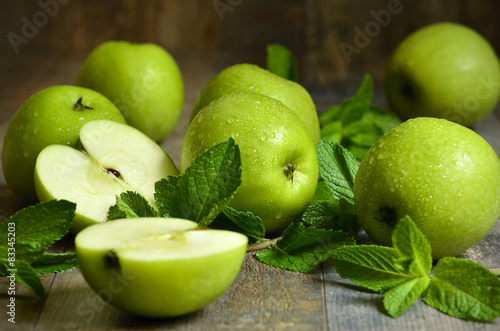 Deurstickers Vruchten Green apples with mint leaves.