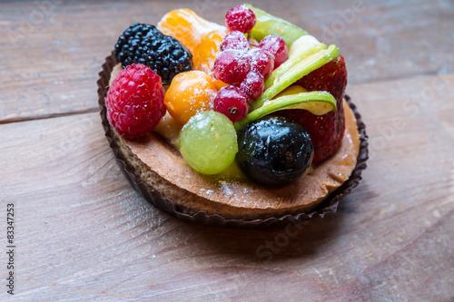Cadres-photo bureau Nature fresh fruit pie tart with kiwi, blueberry, orange and strawberry