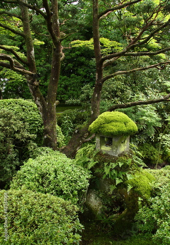 Photo  Stone lantern covered with moss in a japanese garden