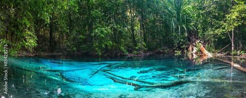 szmaragdowo-niebieski-akwen-wodny