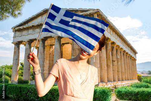 Photo  Woman with Greek flag on Hephaistos temple background