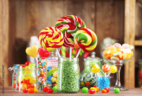 Photo sur Aluminium Confiserie Colorful candies in jars on table in shop