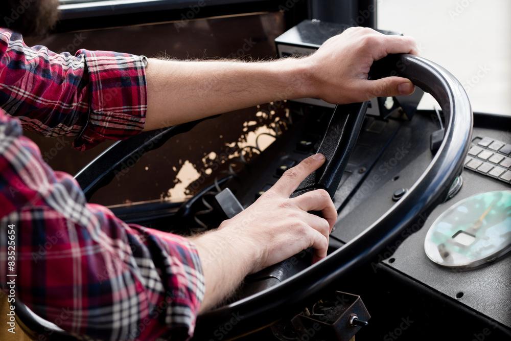 grafomans hands on the wheel