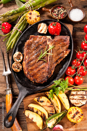 Papiers peints Steakhouse Beef steaks with grilled vegetables