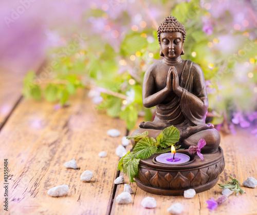 Betender Buddha mit Kerze und Lavendel Fototapeta