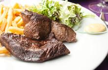Pavé De Boeuf, Frites Salade Au Restaurant
