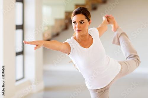 Foto  Frau macht Yoga-Pose