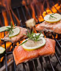 Panel Szklany Grill Grilled salmon steaks on fire
