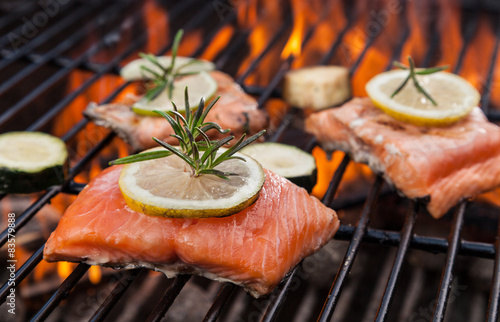 Keuken foto achterwand Vis Grilled salmon steaks on fire
