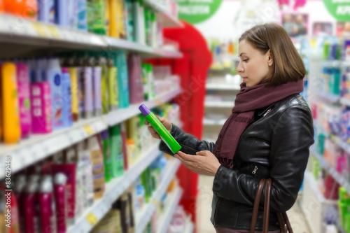 Fotografie, Obraz  woman buying shampoo