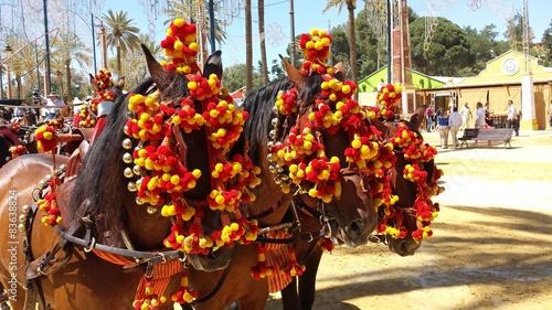 Carruaje Adornos rojo y amarillo. Feria del Caballo de Jerez