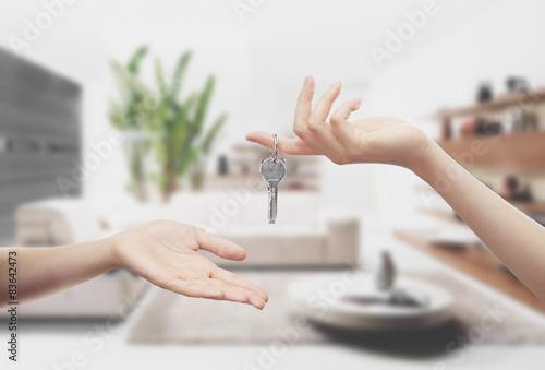 Mani con chiavi interno casa