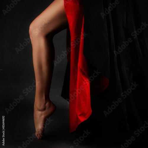 piekna-noga-z-czerwono-czarna-spodnica