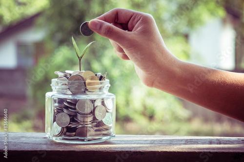 Fotografía  Poner monedas de dinero con efecto de filtro época de estilo retro mano