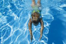 Swimmingpool, Frau Schwimmt Unter Wasser