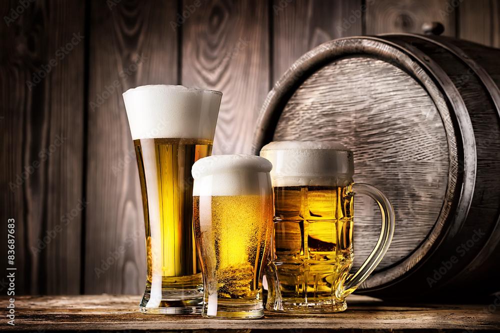 Foto  Zwei Gläser und Becher helles Bier
