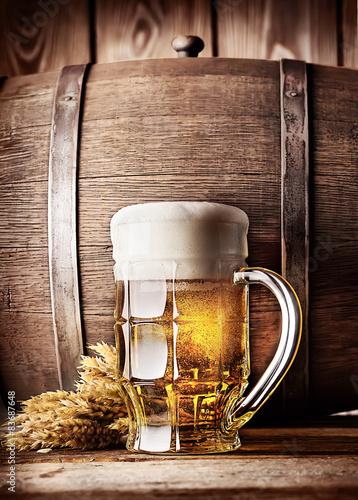 Leinwand Poster  Faceted Becher helles Bier