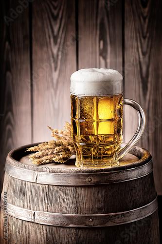 Leinwand Poster  Becher helles Bier mit Schaum und Ährchen