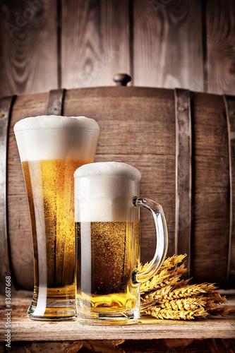 Foto  Hohes Glas und ein Becher helles Bier