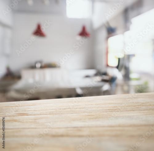 Fotografía  Tablero de la mesa de barra de bar de madera con fondo borrosa cocina