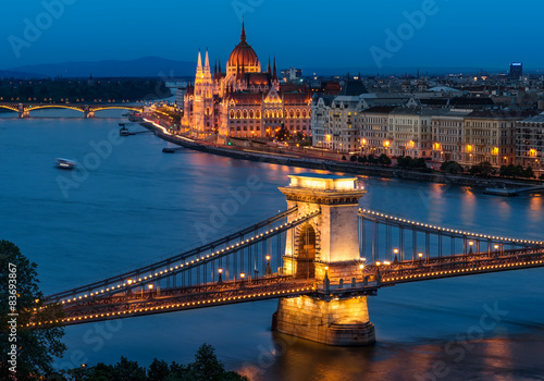 Fotografiet  Budapest Chain Bridge and the Hungarian Parliament