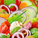 Sałatka ze świeżych warzyw z mozzarellą