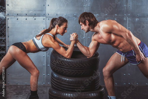 Fotografía  Athlete muscular sportsmen man and woman with hands clasped arm