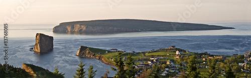 Fototapeta premium Panoramiczny widok na wioskę Perce i Perce Rock, Quebec