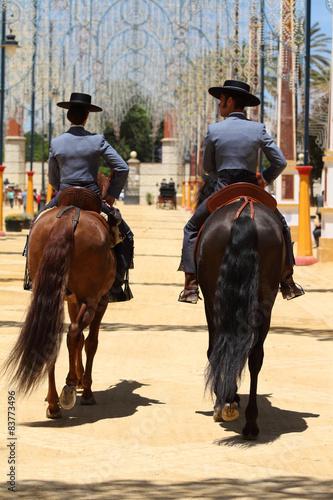 Jinete y amazona con caballos, paseo de caballos