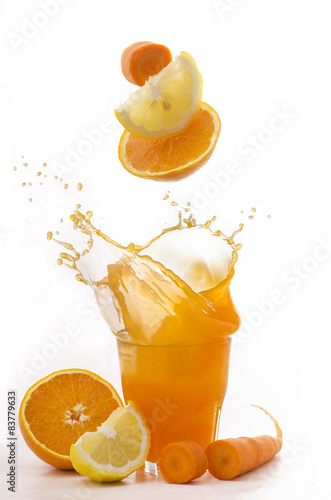 Fotografie, Obraz  Succo di Arancia Limone e carota stříkající