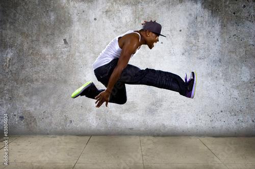Photo  hip hop dancer jumping high on concrete