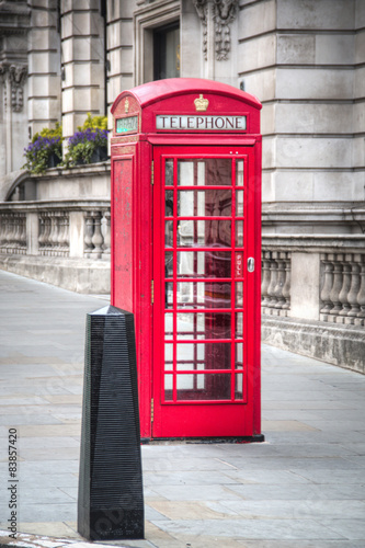 Papiers peints Rouge, noir, blanc Typical red phone booth in London, UK