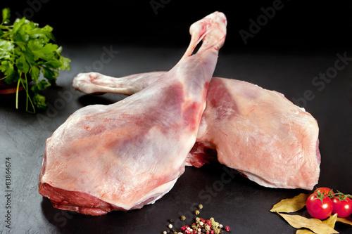 Carne fresca y cruda. Pierna de cordero sin cocer.Fondo negro
