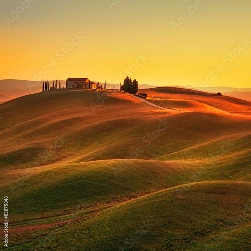 obraz dibond Toskania, zachód słońca krajobrazu wiejskiego. Łagodne wzgórza, gospodarstwo na wsi