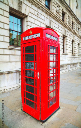 Poster Rouge, noir, blanc Famous red telephone booth in London