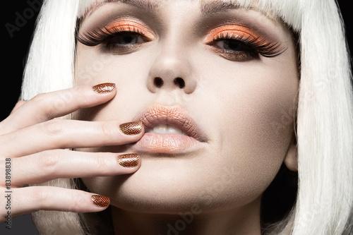 Fotografie, Obraz  Krásná dívka v bílé paruce, se zlatým make-up a nehty