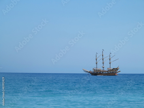 Foto op Plexiglas Schip Old wooden old ship in blue sea
